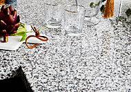 キッチンの天板に天然石を採用しました。美しい石目と、堅く滑らかな質感が高級感を演出します。