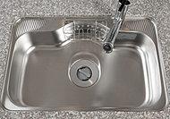 シンク裏面に制振材を貼った低騒音仕様で、シンクに水やお湯が当たる音を低減します。