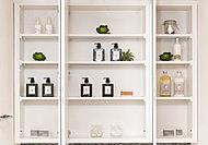 ワイドな三面鏡タイプの洗面化粧台。鏡面裏は、化粧品や整髪料などの整理に便利な収納スペースに。すっきりとしたサニタリースペースを演出します。