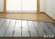 リビングダイニングには、お部屋全体を足元から均一に暖めるTES温水式床暖房を設置。音もなくホコリが舞い上がらないので健康的です。