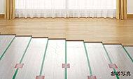 リビング・ダイニングは、空気を汚すことなく、足元から部屋全体を効率よく暖める、TES温水式床暖房を標準装備。
