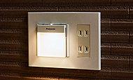 停電時や周囲が暗くなると自動点灯し、明るくなれば自動消灯する保安灯を廊下に設置。取り外せば懐中電灯として使えます。