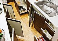 キャビネット内を奥まで有効利用できるキッチン収納。一升瓶などをしまいやすい開き扉収納を併用しています。