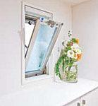玄関の横に通常の通風はもとより、夜間換気も効率よく行える通風専用の小窓を設けました。