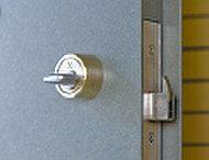 外部からの針金などの道具を使っても解錠されにくい防犯サムターンを採用。巧妙なサムターン回しによる玄関扉の解錠に対処しています。