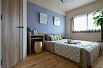 ヒノキの床にラベンダー一色を一面に採用した寝室。木の家具との相性も良く、落ち着いた寝室となっています。