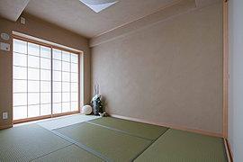 色あせしにくく、身体にやさしい素材の和紙畳。カビやダニの発生を抑えます。壁は、職人の手仕事による珪藻土の塗り壁。目に見えないほどの小さい孔が、湿気やにおいなどを吸収してくれるので、部屋の中が快適になります。