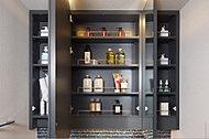 鏡扉裏側はガードバー付で全面収納スペースとなっており、化粧品など小物をたっぷりと収納できます。