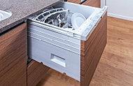 約37点の食器を一度にセット可能。節水性にも優れ、食器の洗浄から乾燥までスピーディーに行います。