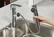 高性能浄水器付きでホースを引出して使えるため、シンクの清掃も隅々までラクにできます。