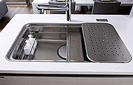 調理プレートや水切りプレートを中段にセットできる複層構造で使い勝手に応じて多彩にかつ効率的なキッチンワークが可能なユーティリティシンクを採用