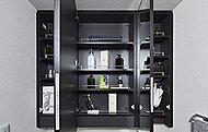 洗面室には扉裏に、コスメグッズの他、ボックスティッシュやドライヤーなどを機能的に収納できる三面鏡を設置。