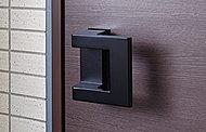 玄関扉と室内扉には押す引くだけで開閉できるドアハンドルを採用。荷物等を抱えているときにも便利です。(引戸は除く)