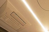 長寿命のLEDを浴室に。天井面をスパッと切ったような光のストレートラインが浴室を美しく照らします。