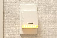 停電時に自動点灯して、足元を明るく照らしてくれる足元保安灯。取り外して懐中電灯としても使用でき、万一の際にも役立ちます。