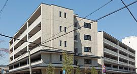 全83邸というスケールと街並みとの調和をはかる景観美として、「オークプレイス京都北大路」が描いた外観デザインは、南棟、東棟、西棟の3棟構成という変化のある建物配置に、穏やかな気品漂わるアースカラーを基調としたタイルを採用