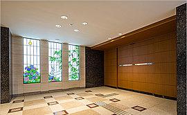 住まいへの入口となるのは、2階に設けたエントランスです。エントランスドアの前にゆったりとしたピロティを設け、壁面には、浦和の調神社に見られる兎を描いた、光にきらめくステンドグラスをあしらいました。