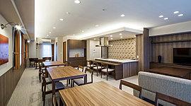 13階に設けた約73m2のスカイビューラウンジでは、各種パーティーや発表会など、さまざまな交流イベントが開催できます。キッチン付きなのでお誕生会などの集まりにも便利です。