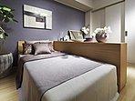 ベッドとドレッサー等の家具をゆったり置ける約7.1畳の広さに、豊富にしまえるFUTON収納と物入を設け、収納力を高めました。