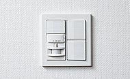 玄関には人の出入りをセンサーで感知して、照明が自動点灯する人感センサーを設置しています。