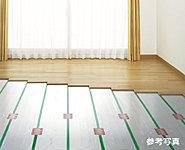 リビング・ダイニングの床には足元から部屋全体を暖めるTES温水式床暖房を標準装備。