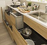 調理器具などが確認しやすく、スムーズに出し入れができるスライド収納。