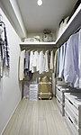 洋服を掛けるハンガーパイプに加え、機能性の高い可動棚を標準で設置することにより、収納力をアップさせています。