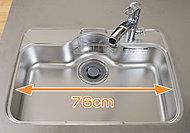 水音が軽減されるサイレントシート貼りのシンクは、全面エンボス加工で傷が目立ちにくく、大きな鍋もラクラク置けるゆとりのあるサイズです。