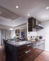 フィオレストーンカウンターを採用した、美しく機能的なキッチン。
