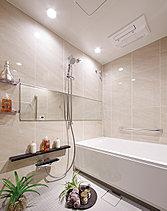 ウォールには天然石風のタイルパネルを採用。グローエ社製サーモ水栓、ミストサウナ、LEDダウンライトとした細部の設えにも配慮しています。