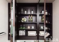 機能的な三面鏡付化粧台を設置。三面鏡の裏側には収納スペースがあり、化粧品や小物などを収納できます。