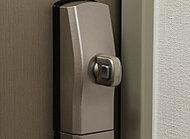 玄関ドアの室内側にあるサムターンを、外部から器具などでつまみを回して解錠される手口に対しても、高い防犯性を発揮する防犯サムターンを採用。