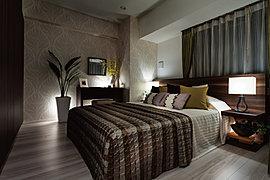 ホスピタリティにあふれるホテルのように、自然のぬくもりと気品に包まれる主寝室。上質なクオリティとゆとりあるスペースが、深い安らぎの時へと誘います。