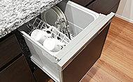 煩わしい食器洗いを、洗浄から乾燥まで自動でおこなう食器洗い乾燥機を標準装備しています。