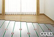 リビング・ダイニングの床には、足元から身体を暖める床暖房を採用。ほこりを巻き上げず、衛生的な空間を創出します。