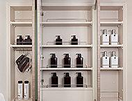 鏡裏にワイドな収納を確保。化粧品や小物などを整理して収納できます。