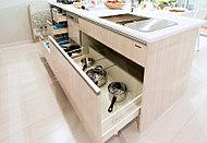 キッチンには豊かな収納を確保。一部を取り出しやすく収納しやすいスライド式としています。