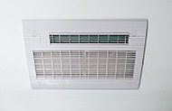 雨の日の衣類乾燥はもちろん、冬場は入浴前の予備暖房も行える浴室換気乾燥暖房機を設置しています。