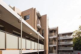 質感豊かな外壁タイルをはじめ、外構部材や舗装材にまでこだわることで、真に上質な安らぎに満たされる建物を創造します。また、バルコニーにガラスパネルを用い、爽快でゆったりとしたリゾート感溢れるデザインです。