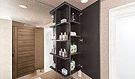 使い勝手の良いミラーキャビネットとオープン棚を採用。化粧品など小物類の収納に便利です。