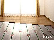 温水で床を暖め、周りへ伝わる熱で部屋全体を暖めるクリーンなTES温水式床暖房を採用。