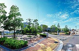 新生活が始まるのは、総開発面積29,000m2超の丘の上に広がる「ルネ追浜」の最終街区「ザ・ヒルトップヴィラ ルネ追浜」。「ルネ追浜」は、どの街区に暮らす方でも共通して利用できる多彩な共用施設と豊かなグリーンエリアが特徴。
