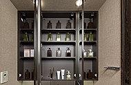三面鏡の裏側全体に収納スペースを設置。化粧品や洗面用具等の小物をたっぷり、すっきり収納できます。