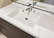洗面化粧台のボウルは、人造大理石一体型のフラットスクエアボウル。継ぎ目がないので汚れが溜まりにくく、お手入れも容易です。