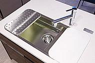 広いシンクと広い調理スペースを併せ持つ、「ユーティリティーシンク」。シンク内のミドルスペースやプレートによって作業スペースを確保。