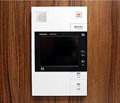 来訪者を声だけでなく映像でも住戸内のモニターで確認できる防犯性に配慮したカラーモニター付インターホンを採用。※2