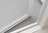 浴室側のゴムパッキンをなくし、ドア下部のガラリをタテ型に配置した汚れにくいドア。お掃除の負担も軽減します。