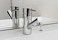 出水・止水、湯水と常温の切り替えがひとつのレバーでできる便利なシャワーヘッド付き混合水栓を採用しています。