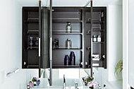 洗面化粧台の鏡裏には収納スペースを設置。洗面化粧用具などをすっきりと収納できます。(K・L・M・Nタイプは仕様が異なります)