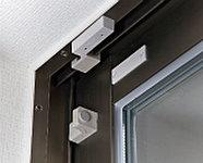玄関扉や窓にマグネットスイッチを設置しています。※開放制限付窓、FIX窓を除く。